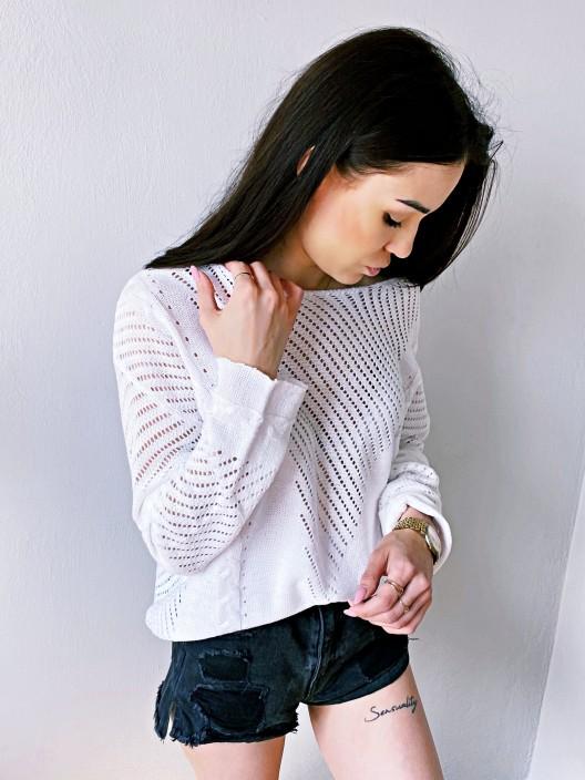 Ażurowy sweter damski w stylu boho biały